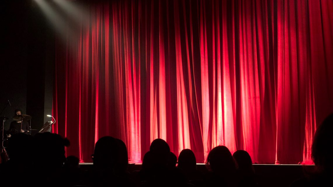 audience auditorium back view 713149 1140x641 - 【書評】人生ではなく芸に笑おう『一発屋芸人列伝』著:山田ルイ53世
