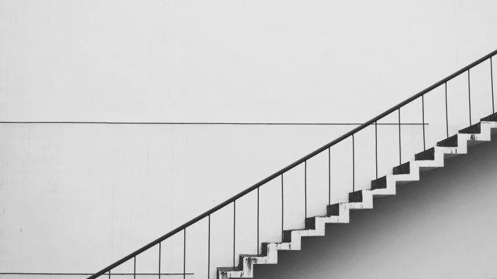 contemporary gradient handrails 434645 720x405 - 階段に観葉植物を置く理由がわかりますか?